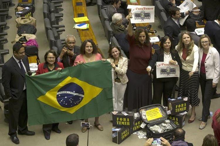 Diputados de la oposición protestan en el plenario de la Cámara de Diputados. (EFE).