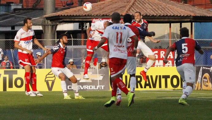 Em jogada de ataque do Paraná, bola é disputada na entrada da área do CRB (Foto: Júnior de Melo / Divulgação do CRB)