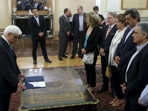 Primeiro-ministro da Grécia, Alexis Tsipras, observa posse de novos ministros neste sábado (18) (Foto: REUTERS/Alkis Konstantinidis)