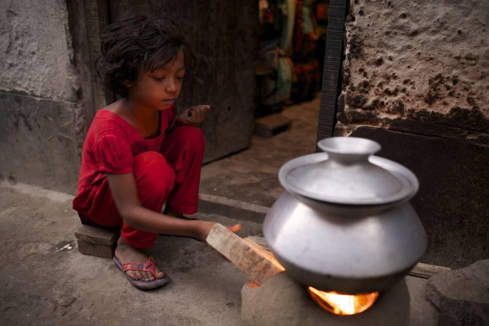 Bithi, de 12 años, prepara la comida para toda su familia en un slum de Dacca, Bangladesh.