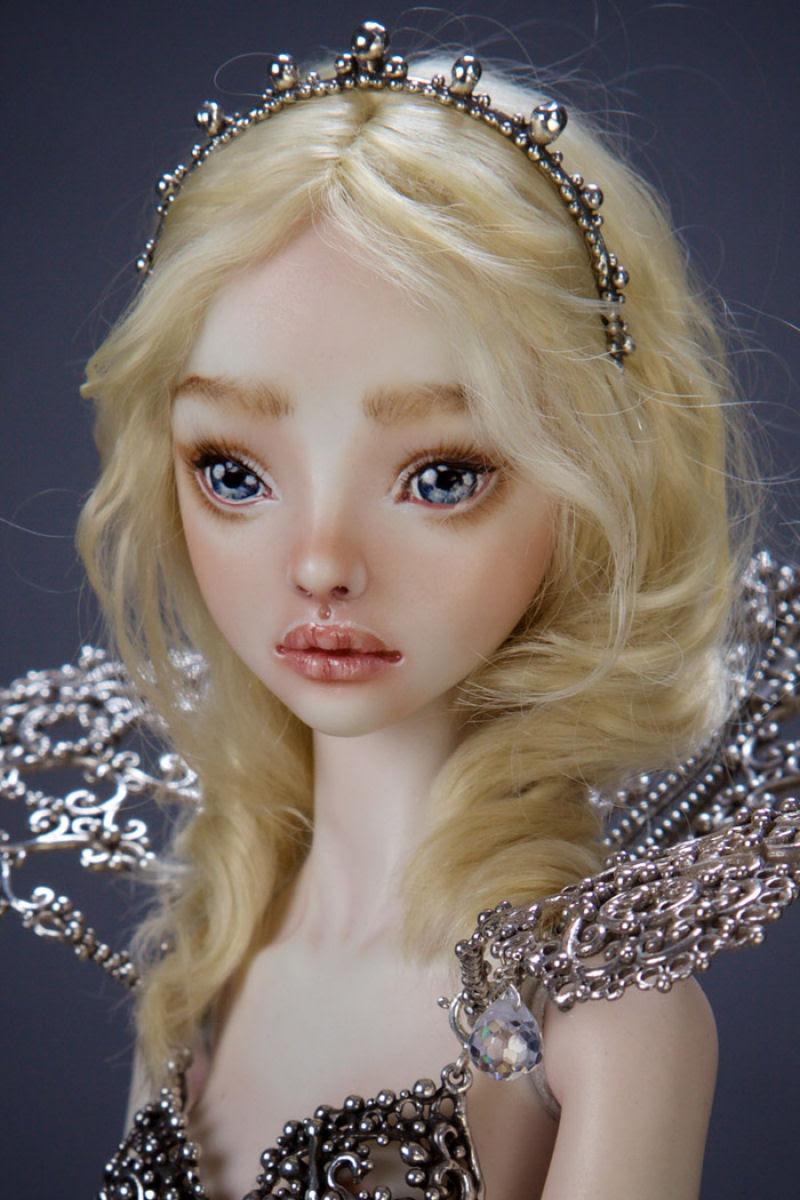 Elegantes bonecas lacrimejantes transmitem a complexidade das emoções humanas 11