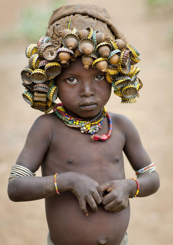 Tribo etíope recicla descartes do mundo moderno em acessórios de moda 09