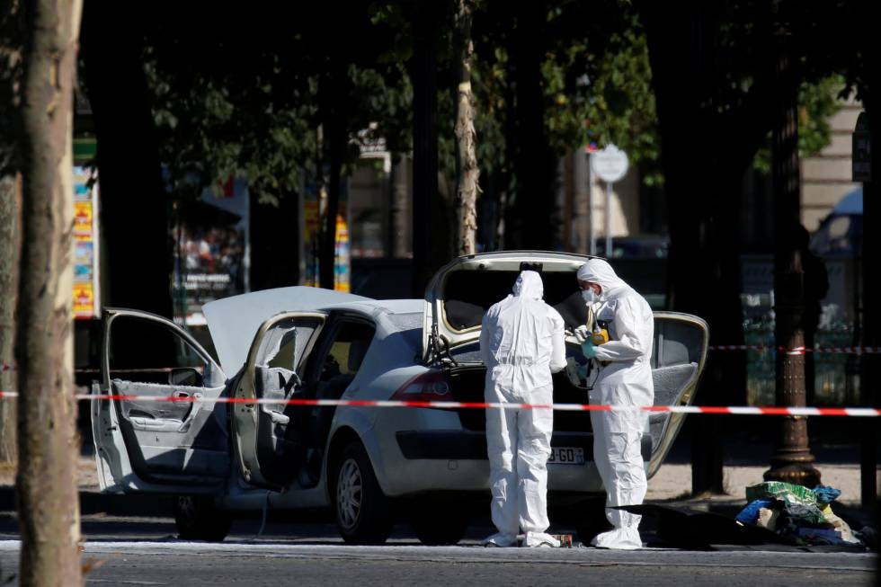 La policía científica inspecciona el coche que embistió un furgón policial en los Campos Elíseos