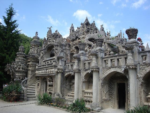 Идеальный дворец Шеваля во Франции. Вид сзади