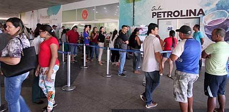 Filas têm sido formadas no Centro de Convenções, em Olinda, de manhã à noite, para fazer biometria / Fernando da Hora/ JC Imagem