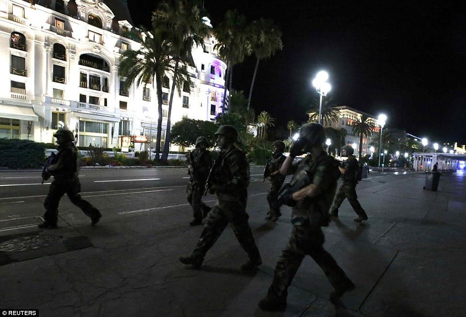 soldados fortemente armados ocuparam o centro da cidade para restaurar o controle após o ataque que matou pelo menos 50 vidas