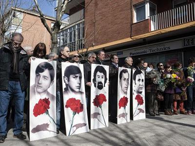 Los manifestantes, durante el homenaje. EFE/Adrián Ruíz de Hierro