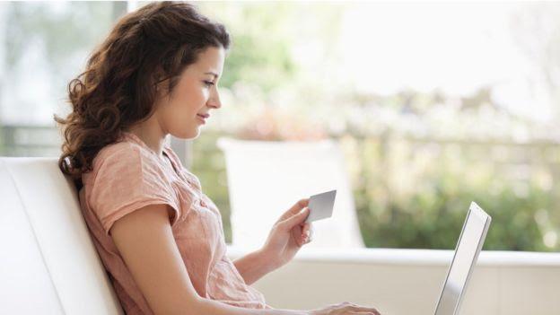 Mujer comprado por internet.