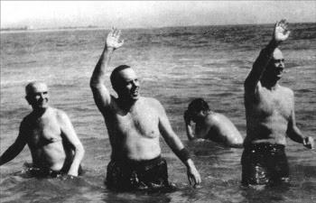 Fraga, bañándose en Palomares tras el accidente del B52. Ministro de Información, pretendía demostrar que no había habido fuga radioactiva de ninguna de las cuatro cabezas nucleares que el bombardero transportaba