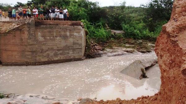 Uma ponte foi levada pela forte correnteza e deixou moradores isolados.