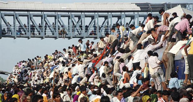 Todo ano, os fiéis se arriscam para participar da festa religiosa do Guru Purnima, que celebra um dos mais importantes gurus do hinduísmo.
