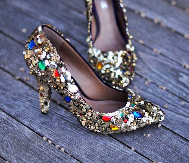 süslenmiş topuklu + altın pul ve taşlarla boncuklu ayakkabılar