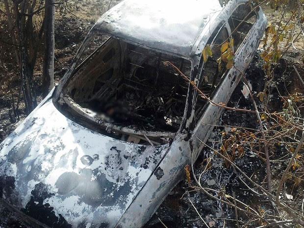 Carro foi encontrado na BR-101, entre Muritiba e Cruz das Almas. (Foto: Bahia10.com.br)