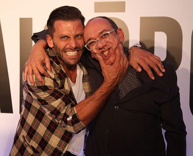 Henri Castelli brinca com Frank Menezes ao entrar na festa (Foto: Fabiano Battaglin/Gshow)
