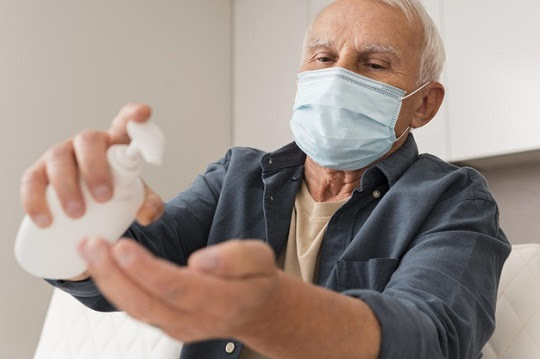 Máscara de proteção e álcool gel podem servir como barreiras eficientes para a população contra o coronavírus | Foto: Freepik