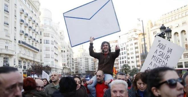 Un joven muestra un gran sobre durante la manifestación contra la corrupción hoy en Valencia, convocada por más de 75 entidades sociales, sindicales, políticas y ONG valencianas. Kai Försterling (EFE)
