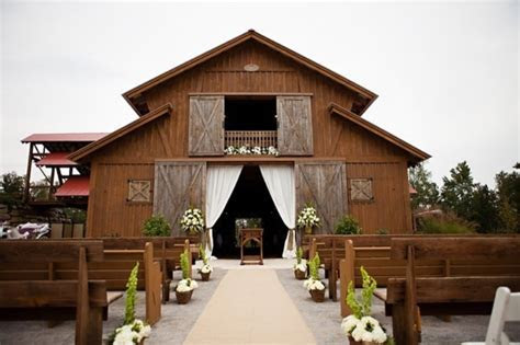 How to Plan a Beautiful Barn Wedding ? Helpful Ideas and Tips