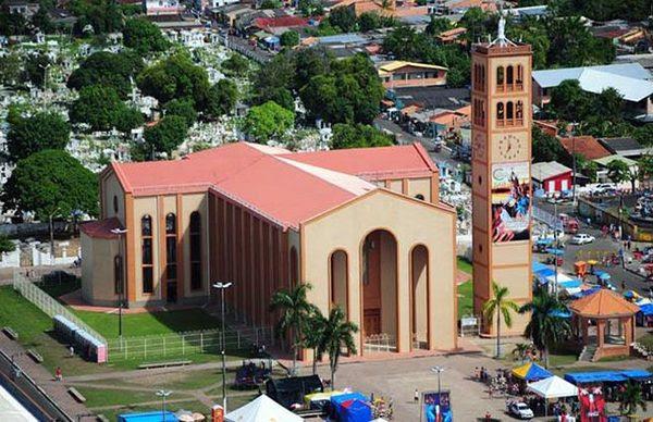 O clima da cidade de Parintins é tropical chuvoso e úmido, com temperatura máxima de 35,5° C, mínima de 22,4° C e média 26,3° C.