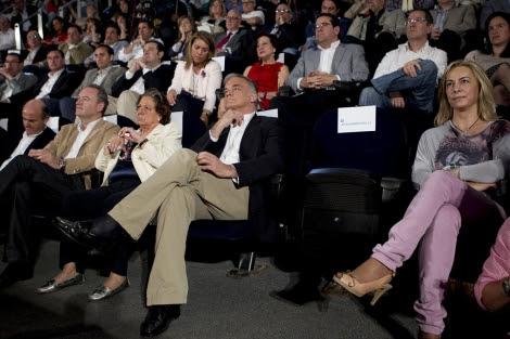 El asiento vacío con el letrero de Rita Barberá, junto a Sonia Castedo.   Foto: Vicent Bosch