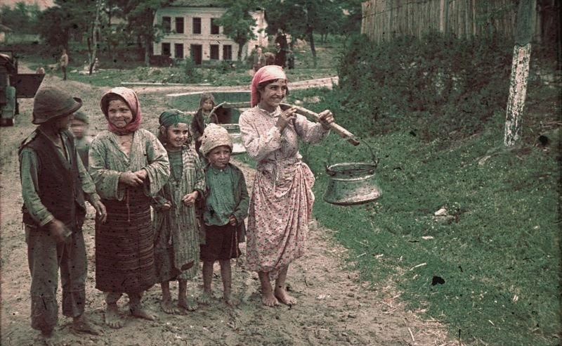 File:Bundesarchiv N 1603 Bild-008, Rumänien, Kinder auf unbefestigter Straße.jpg