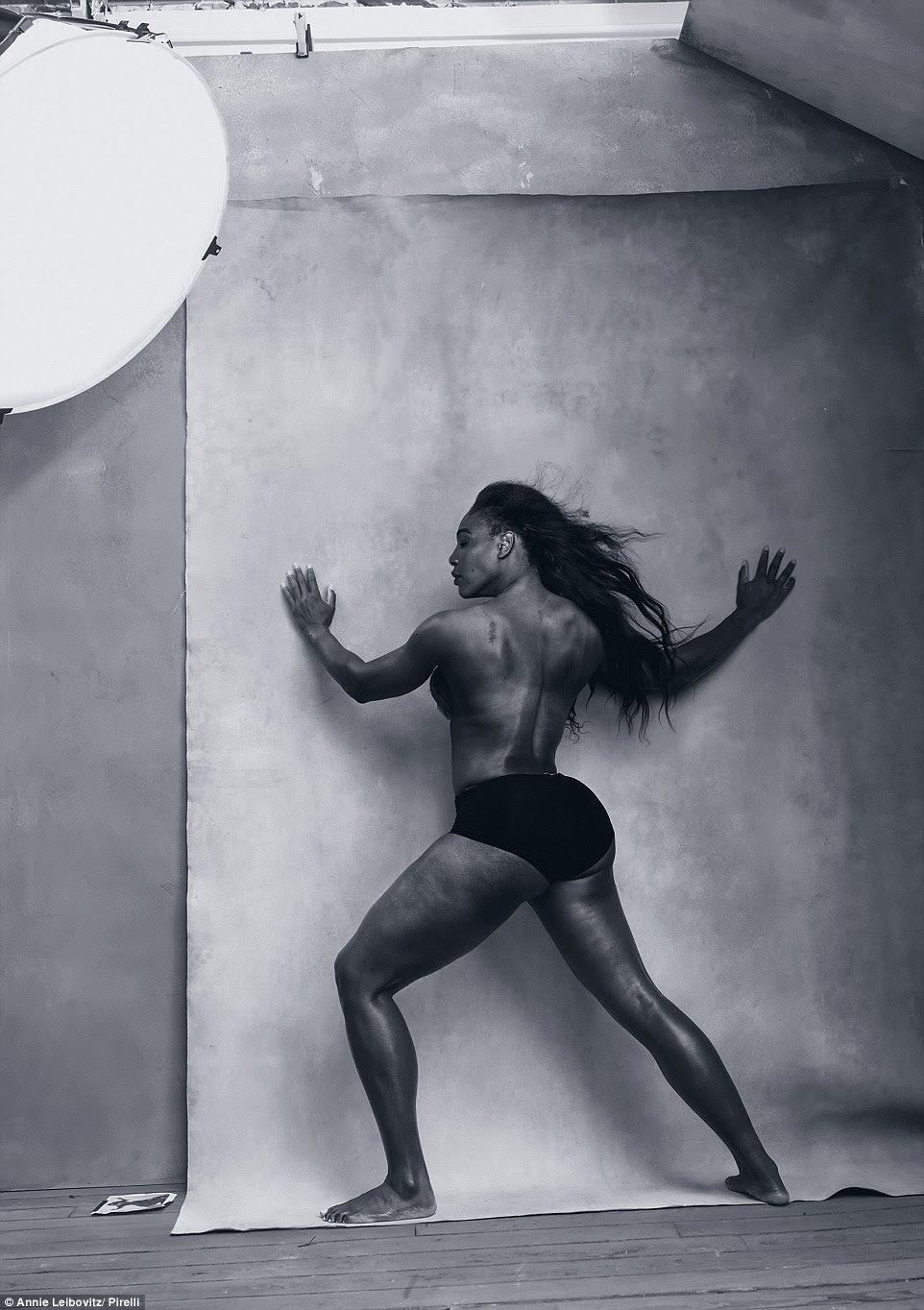 Athletic beleza: Pro de tênis Serena Williams parecia sensacional como ela apresentou seu ondulando os músculos na parte aérea em preto-e-branco arty