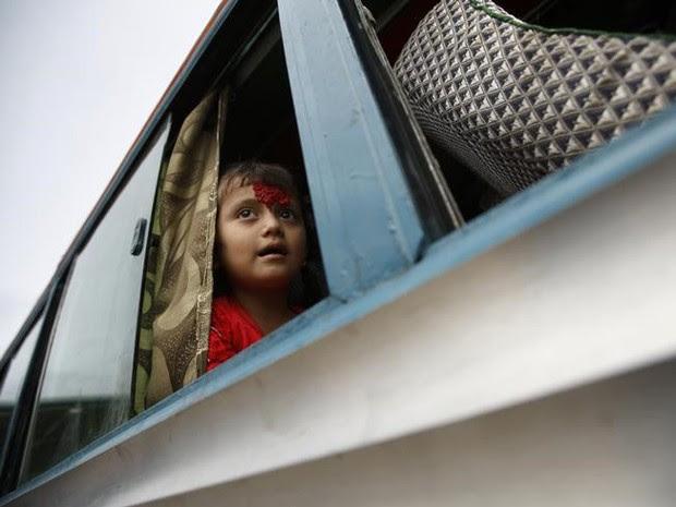 Menina vai para casa de ônibus, após aula, em Katmandu, no Nepal (Foto: Reuters/Navesh Chitrakar)