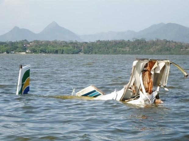 Avião de pequeno porte caiu na tarde desta segunda-feira (21).  (Foto: Romário Barros/ Lei Seca Maricá )