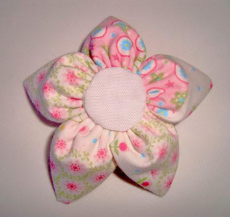 Flor de fuxico com pétala em cone costurada à mão