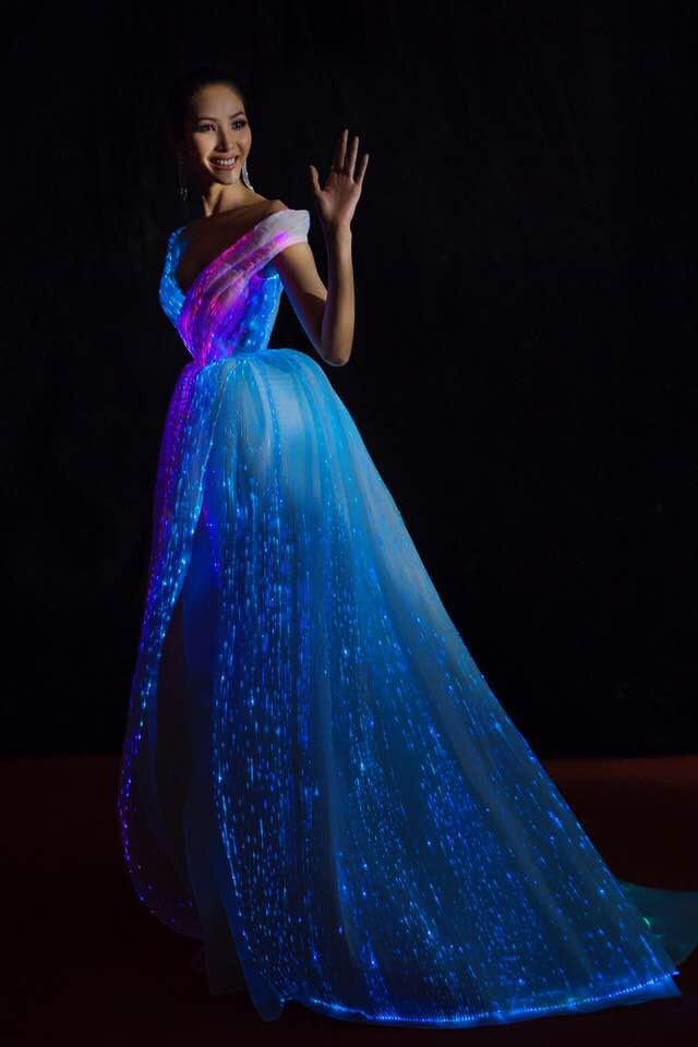 Không thích một màu, Hoàng Thùy chơi trội hơn hẳn Phạm Hương với đầm phát sáng bảy sắc cầu vồng - Ảnh 6.