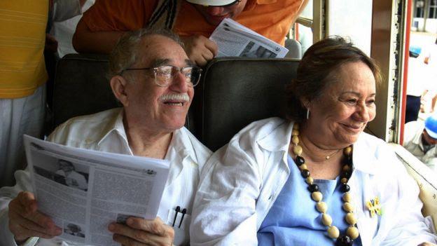 Gabriel García Márquez al lado de su esposa en un transporte público