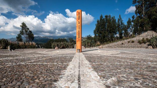 La línea del Ecuador marca la división entre el hemisferio norte y sur.