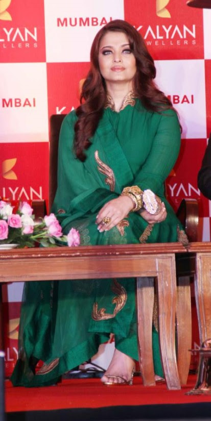 Aishwarya-Rai-At-Bachchan-Launch-Kalyan-Jewellers-Store-Opening-Pictures-Photos-7