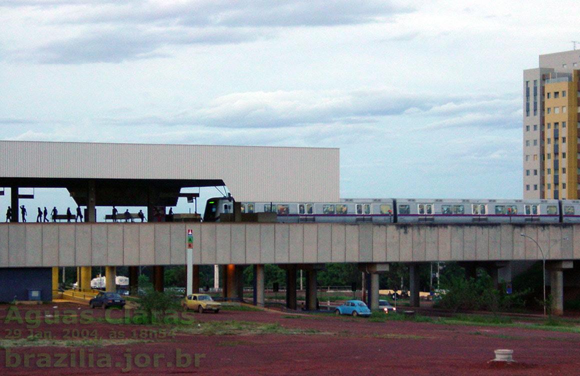 Chegada do trem do Metrô DF à estação Águas Claras