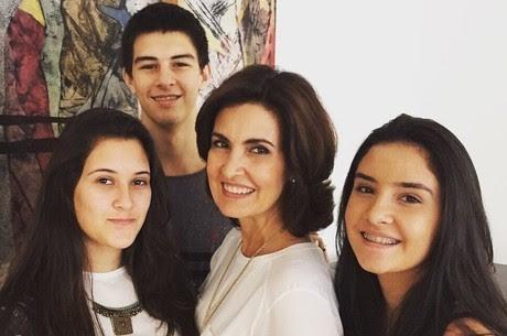Fátima Bernardes com os trigêmeos, Vinícius, Beatriz e Laura (Foto: Reprodução)