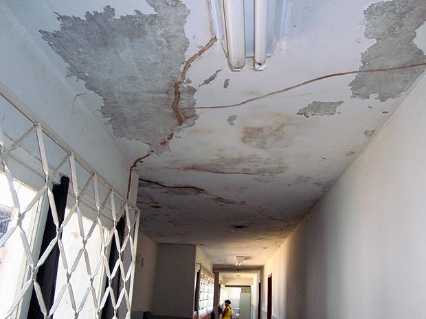 Marcas de infiltrações e rachaduras no teto comprometem a estrutura física do Hospital das Clínicas. (Foto: Divulgação/ CRM)