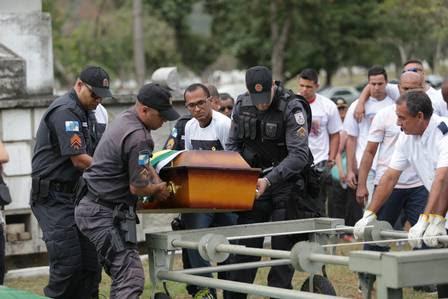 Colegas de farda levam até a sepultura caixão do soldado morto