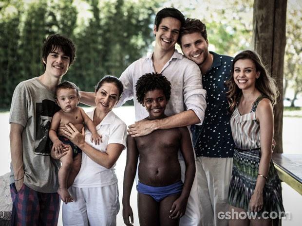 Niko e Félix vivem felizes ao lado Adriana, Fabrícia, Jayme, Jonathan e a namorada (Foto: Pedro Curi/TV Globo)