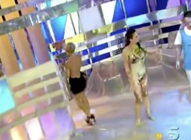 A apresentadora virou de costas para proteger os seios desnudos