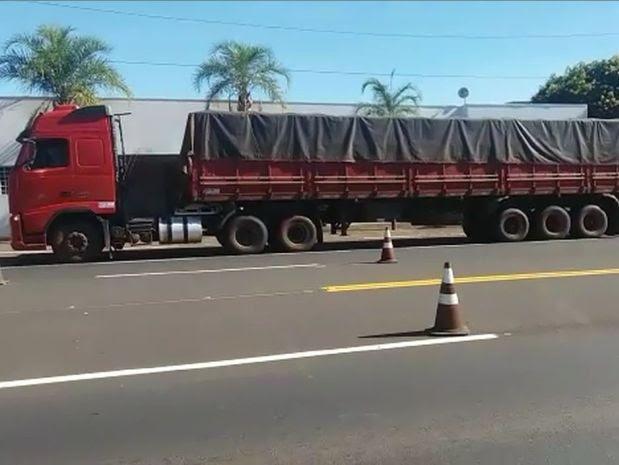 Caminhões transportavam carga contrabandeada em rodovia de Tupã (Foto: Diego Pereira/Mais Tupã/Divulgação)