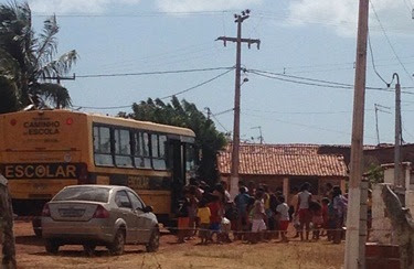 Flagrante: ônibus da frota escolar na pria do marco em feriado