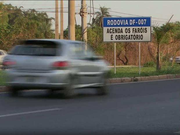Placa de sinalização sobre necessidade de farol em rodovia do Distrito Federal (Foto: TV Globo/Reprodução)
