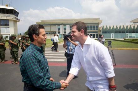 Alfredo Castillo le da la bienvenida a Peña en el aeropuerto de Michoacán. Foto: Presidencia