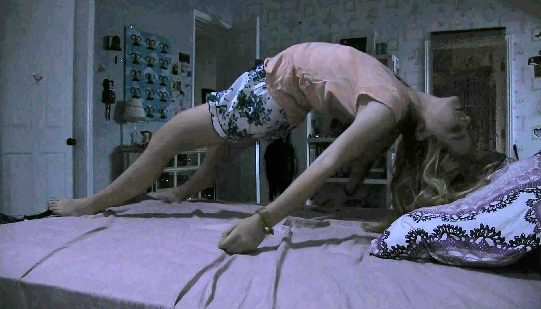 foto terrorifica de chica flotando sobre la cama