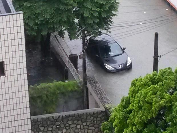 Na Encruzilhada, água cobre placa de carro estacionado na Rua Nossa Senhora da Pompeia (Foto: Camila Torres/TV Globo)