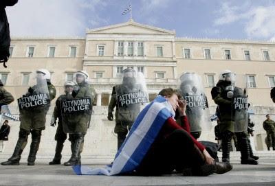 """Os gregos já o disseram insistentemente nas ruas, mas agora o Presidente do Eurogrupo admite: Nada está a ser feito """"além de cortes e de reduções de benefícios sociais"""". Foto de ALEXANDROS VLACHOS/EPA/LUSA."""