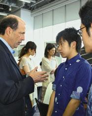 日本の高校生に米国の大学の魅力をアピールするルース駐日米大使(左)(9月、東京都千代田区)