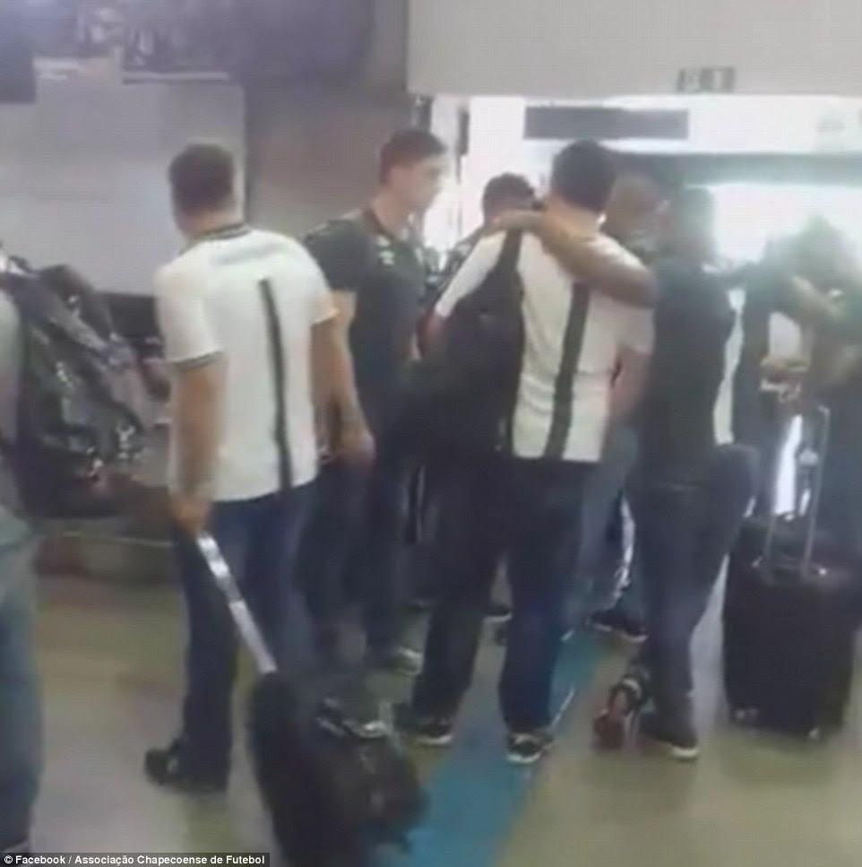 jogadores Chapecoense abraçou enquanto se preparavam para decolar de Bolívia e parecia de bom humor quando se reuniram no terminal