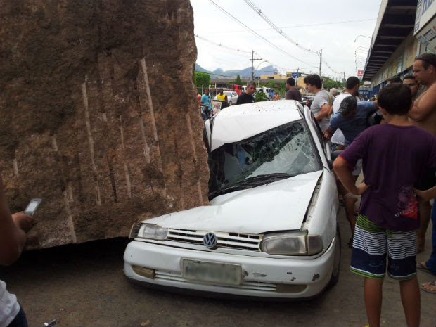 Pedra de granito cai sobre carro (Foto: Herbet Viana / VC no G)