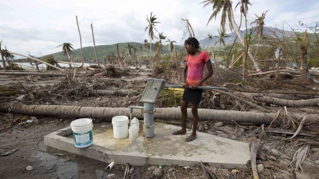 Menina pega água em poço em Couteaux