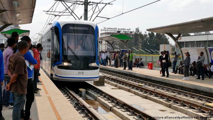 Addis Abeba Äthiopien Bahn Straßenbahn Haltestelle (picture-alliance/dpaMarthe van der Wolf)